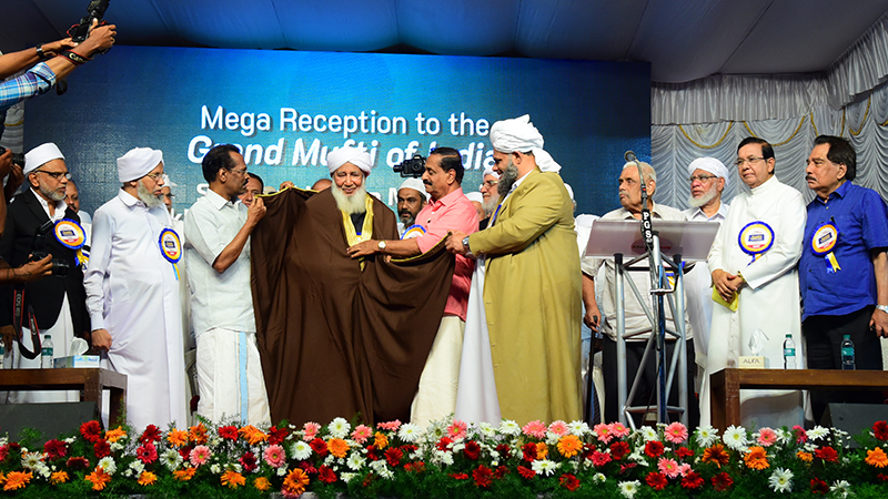 For Kozhikode peoples collective, Minister TP Ramakrishnan , Sayyid Ibraheemul Khaleel Al Bukhari and Mayor Thottatthil Raveendran honour Grand Mufti of India مفتي الديار الهندية